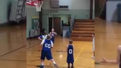 El gran gesto de un joven jugador de baloncesto con su compañero