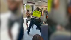 Un pasajero se pelea con dos vigilantes de RENFE en Barcelona por no llevar billete