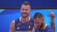 Un atractivo jugador de voleibol vive una petición de mano en pleno partido