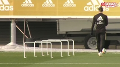 Bale ya 'juega' al golf hasta en Valdebebas: así fue su swing en el césped