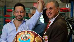 Fernando Montiel recibe cinturón emblemático mosca de la OMB