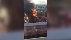 Espectacular incendio en las cocheras de la EMT de Valencia calcina una docena de autobuses