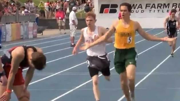 La campana marca mal la última vuelta y un atleta pierde la carrera