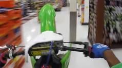Asalta un supermercado con una moto de cross... ¡y lo graba!