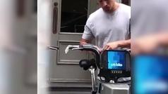 Los preservativos, el imaginativo método para no contagiarse del coronavirus montando en bicicleta