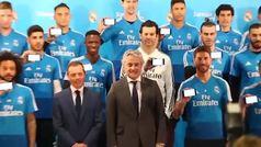 La plantilla del Real Madrid recibe las tarjetas sanitarias de Sanitas