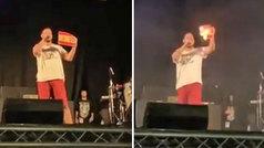 """El rapero Pablo Hasel quema la bandera de España en un concierto: """"No podemos permitir el fascismo"""""""