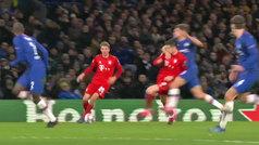 Roja directa a Marcos Alonso por agredir sin balón a Lewandowski