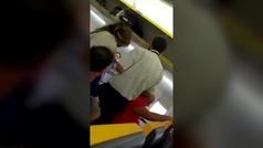 Un hombre insulta a una mujer negra y se niega a volar junto a ella