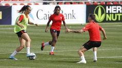 Chicos y chicas del Atlético se mezclan en un partido