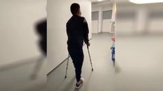 Nairo Quintana, con las muletas en el hospital tras ser operado de las dos rodillas