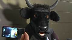 Un entrenador atiende a la prensa con una cabeza de toros por una promesa