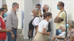 Los Reyes escuchan en Palma los testimonios de algunos evacuados por la erupción del volcán