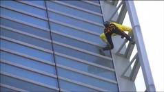 El 'Spiderman' francés se juega la vida escalando otro rascacielos sin arnés de seguridad