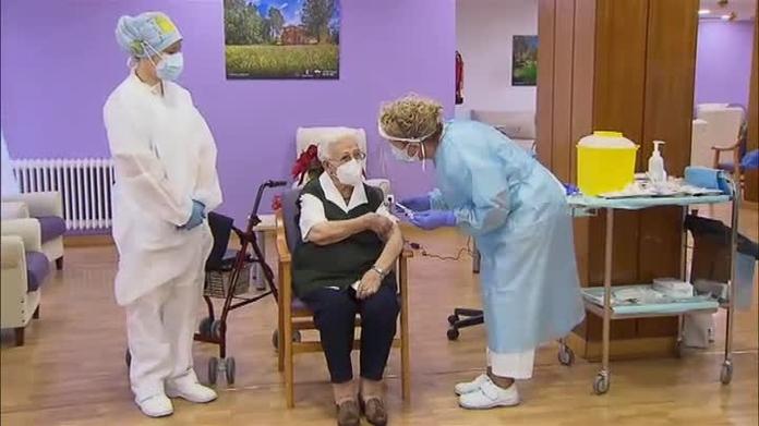 Araceli y Mónica reciben las primeras vacunas contra el coronavirus en  España | Marca.com