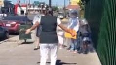 Madre enfermera recibe una especial visita de sus hijas ¡envueltas en plástico!