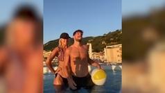 Dries Mertens (Nápoles) lo da todo con su mujer en la piscina