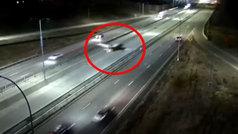 Espectacular aterrizaje de una avioneta... ¡en plena autopista!