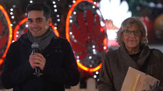 Manuela Carmena visita la pista de hielo de Javier Fernández en Madrid