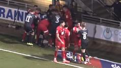 Multitudinaria pelea en el fútbol inglés: 17 jugadores pegándose en el césped