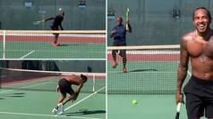 El padre de Hamilton le da una lección jugando al tenis: dejadita endiablada... ¡y ataque de risa!