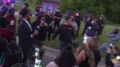 Así lo querría George Floyd: un sheriff se desarma y se une a las protestas de los manifestantes