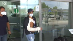 """Marc Márquez, en su llegada a Barcelona con el brazo en cabestrillo: """"Ahí vamos... al hospital"""""""