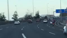 ¡Qué temeridad! Cuatro ciclistas circulan por el medio de una autovía en Gran Canaria