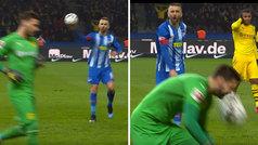 Le da un pelotazo al portero en la cara, el VAR le caza... ¡y le expulsan con roja directa!