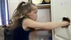 Evnika Saadvakass, niña prodigo del boxeo, destroza una puerta a puñetazos durante su confinamiento