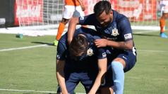Le dice que su padre ha fallecido, decide jugar... y se derrumba tras hacer el gol de la victoria