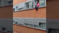 Unos padres intentan salvar la vida de su hijo descolgándolo por la ventana durante un incendio