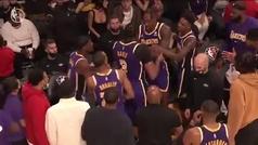 El drama de los Lakers llega a las manos: Howard y Davis se enganchan en pleno partido