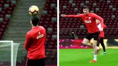 ¿Hay algún delantero con más técnica? Lección de freestyle de Lewandowski en el entrenamiento de Polonia