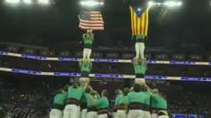 Los Castellers de Vilafranca despliegan la bandera independentista de Cataluña en un partido NBA