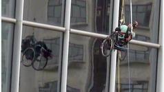 Un parapléjico chino escala la Torre Nina de Hong Kong