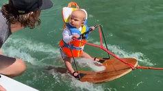 Va para crack: un bebé de seis meses revoluciona las redes haciendo wakeboard