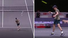 En tenis hay que pelear cada punto... ¡aunque pierdas la raqueta en un smash!