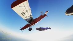El alucinante vuelo en paralelo a una avioneta de dos paracaidistas: ¡hasta tocan el ala!