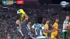 La incomprensible patada de Nahuel Guzmán que no se castigó como penalti