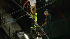 Dos hermanos equilibristas cruzan Times Square por la cuerda floja a 25 pisos de altura