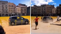 Un coche arrasa las cruces amarillas de la plaza mayor de Vic