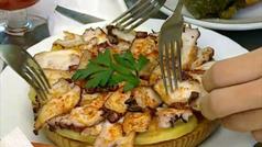 Sanidad recomienda no compartir platos como las tapas de los bares
