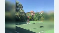 Jelena Djokovic demuestra sus maneras jugando a tenis