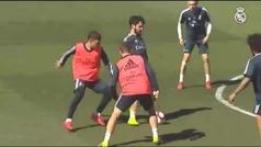 Los jugadores del Real Madrid se entrenan junto al Castilla