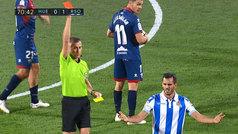 Dos tarjetas en 12 segundos: así fue la roja a Juanmi en Huesca