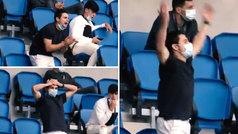 Así vibra Luca Sangalli junto a los no convocados en la grada de Anoeta: a falta de aficionados...