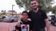 "Khabib obliga a un niño del Barcelona a decir ""¡Hala Madrid!"" a cambio de una foto"