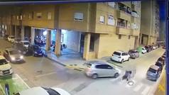 Un hombre deja inconsciente al conductor que casi atropella a su bebé