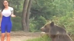 Un oso salvaje se abalanza sobre una mujer que quería hacerse una foto junto a él